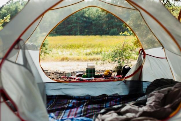 Dia de acampamento com barraca ao ar livre