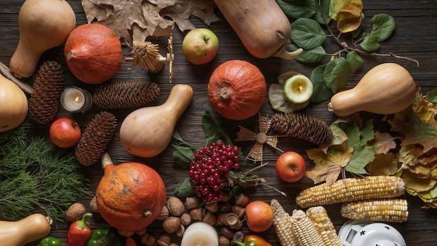 Dia de ação de graças com abóbora, vinho e vegetais sazonais