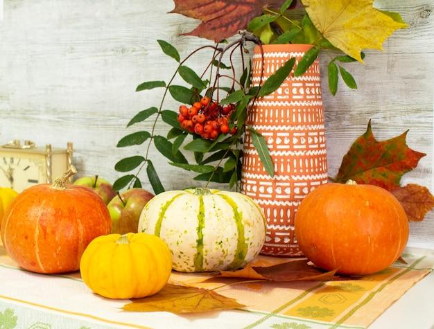Dia de ação de graças com frutas e legumes na mesa. colheita de outono em época de abundância. parabéns pelas temporadas