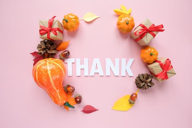 Dia de ação de graças, letras agradecer com elementos de outono.