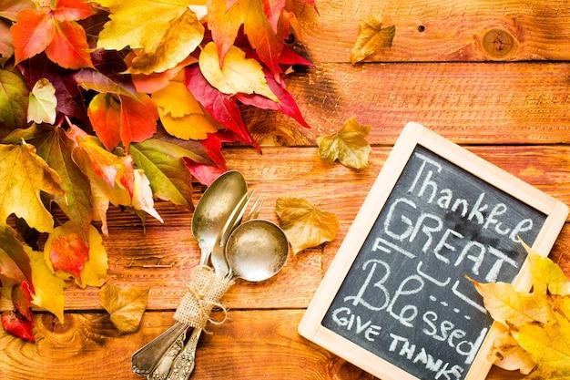 Dia de ação de graças, mesa de folhas de outono