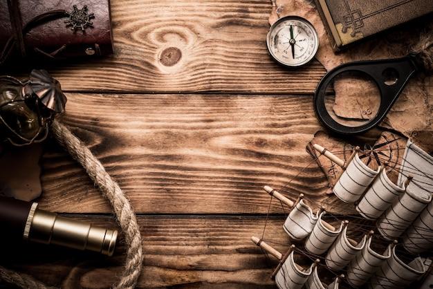 Dia de colombo. mapa do mundo vintage e equipamento de descoberta. copie o espaço em fundo de madeira escura.