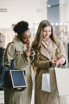 Dia de compras. namoradas internacionais. mulheres em um shopping.