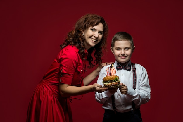 Dia de fast food, dia de hambúrguer, dia de hambúrguer. retrato de close-up de mãe e filho com fast food nas mãos