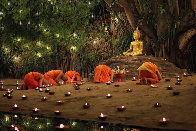 Dia de makha bucha, chiangmai, tailândia.