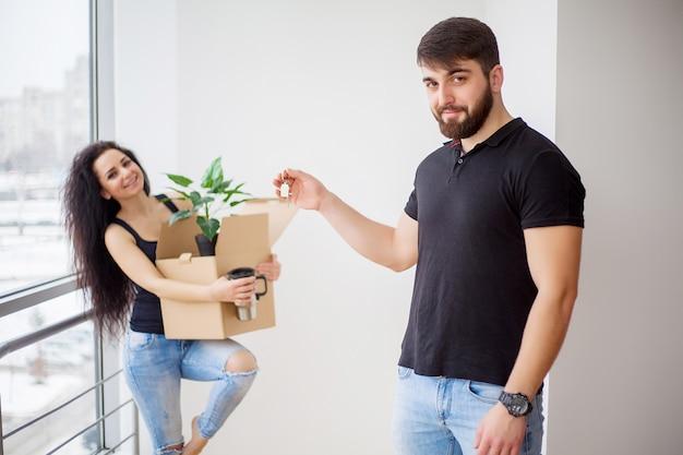 Dia de mudança. casal jovem feliz, carregando caixas