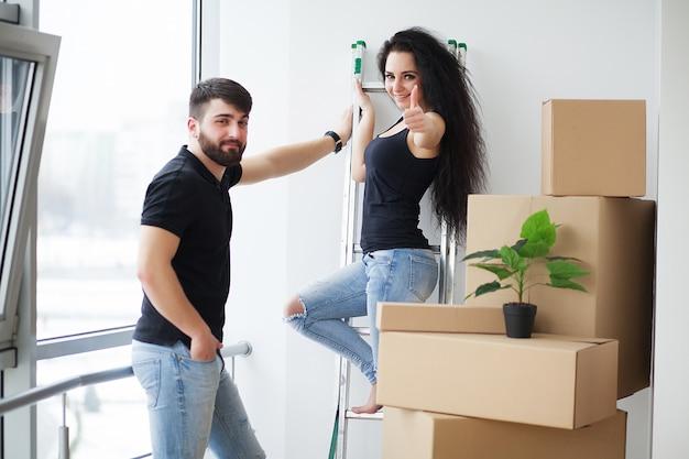 Dia de mudança. feliz, par jovem, carregar caixas