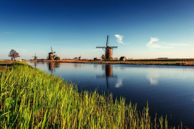 Dia de primavera colorido com o tradicional canal holandês de moinhos de vento