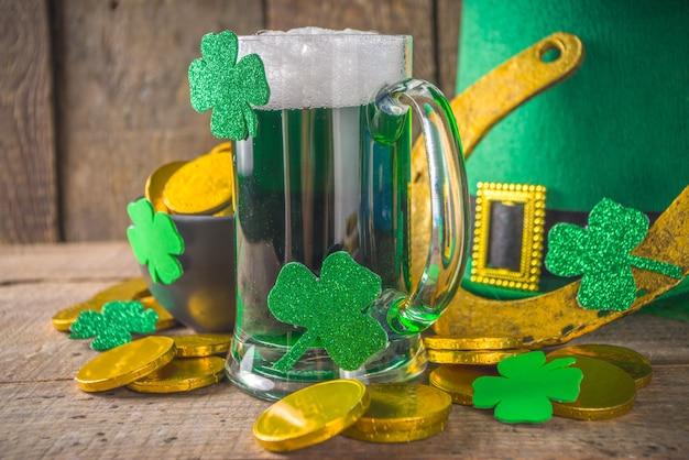 Dia de são patrício bar menu fundo cerveja verde em vidro com e com trevo de trevo em ferradura
