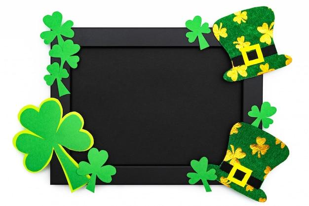 Dia de são patrício, chapéu de duende festivo e trevos verdes na moldura