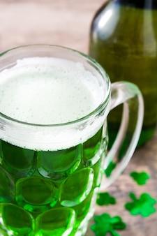 Dia de são patrício tradicional cerveja verde na mesa de madeira