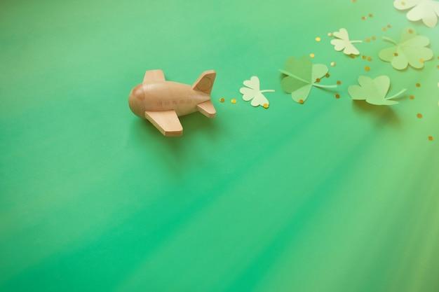 Dia de são patrício, trevo de sorte avião sobre um fundo verde