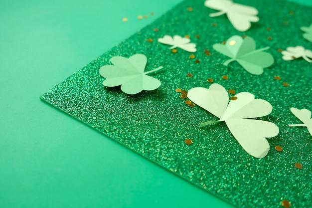 Dia de são patrício, trevo em um fundo verde brilhante