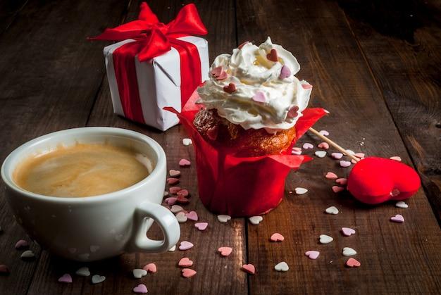 Dia de são valentim. café, bolo com creme e açúcar granulado