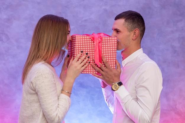 Dia de são valentim. namorado fazendo surpresa para sua namorada