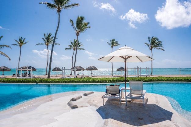 Dia de sol na piscina em um resort do caribe