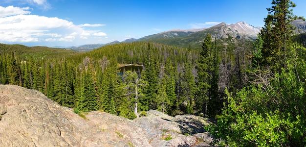 Dia de sol no parque nacional das montanhas rochosas