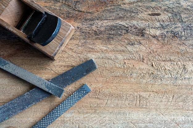 Dia de trabalho. equipamentos para trabalhar madeira no fundo da mesa de madeira
