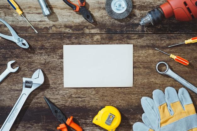 Dia de trabalho. ferramentas de construção com espaço de cópia
