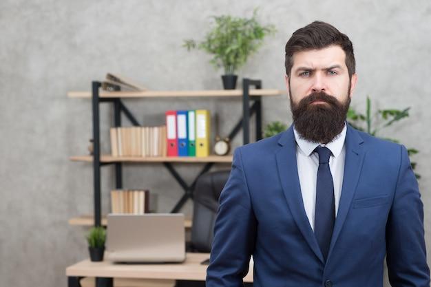 Dia de trabalho. homem trabalhando no escritório de negócios. homem barbudo. hipster maduro com barba. homem confiante e brutal. o negócio. empresário moderno. empresário de terno. homem trabalhando. trabalhando duro, jogando duro.