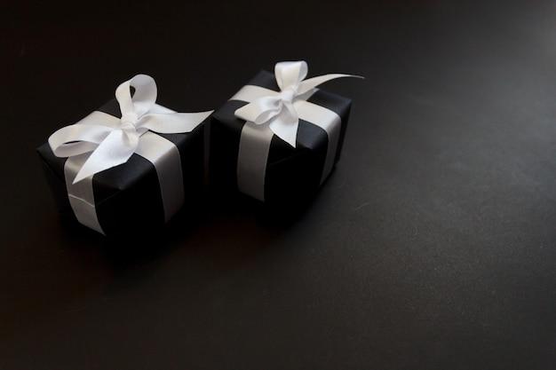 Dia de vendas online de mock-up com fundo de papel preto