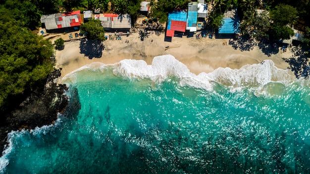 Dia de verão com vista aérea do oceano bela praia
