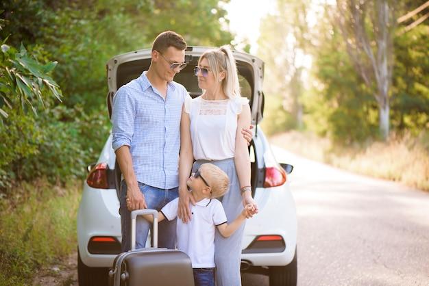 Dia de verão e viagem de carro. viagem de família jovem.