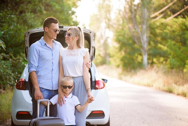 Dia de verão e viagem de carro. viagem em família jovem.