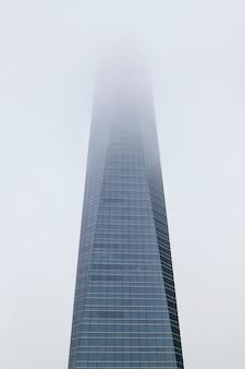 Dia do arranha-céu em uma névoa.
