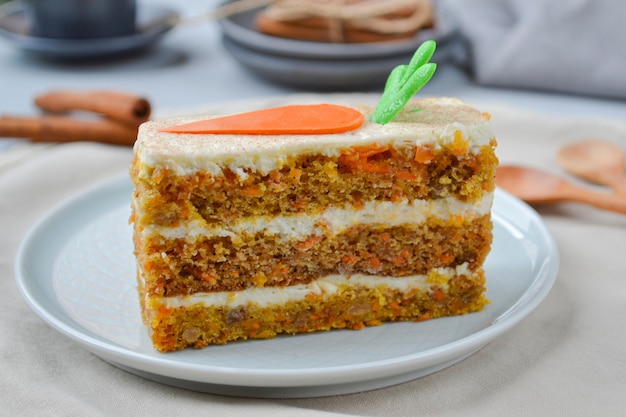 Dia do bolo de cenoura. bolo de cenoura com cobertura de creme de queijo decorado com cenoura chocolate