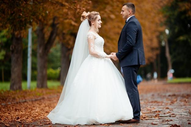 Dia do casamento casamento linda noiva e noivo elegante andando após o casamento de luxo
