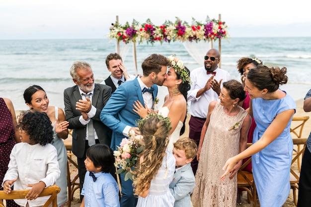 Dia do casamento do jovem casal caucasiano