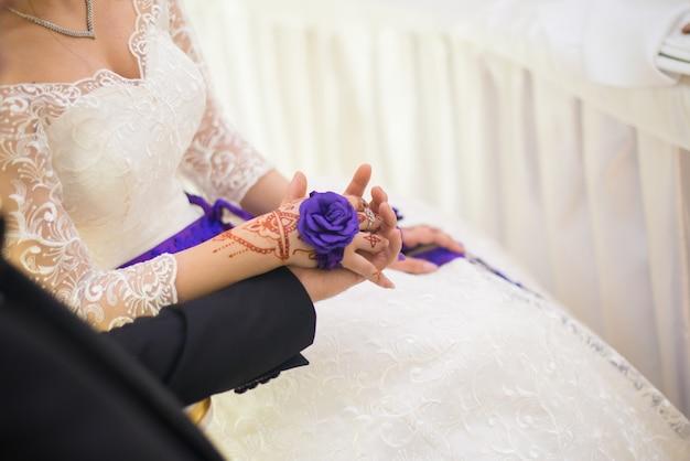 Dia do casamento. noivo e noiva com flor. casal feliz