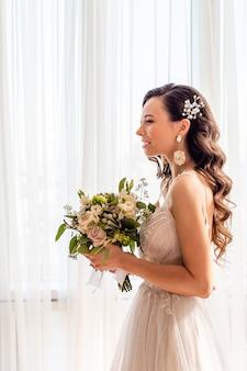 Dia do casamento. retrato de noiva linda com buquê