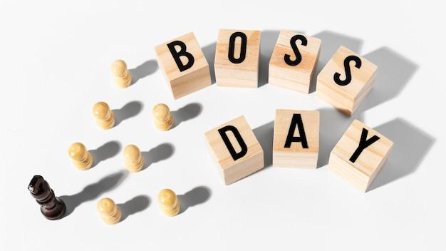 Dia do chefe feliz com peças de xadrez de alto ângulo