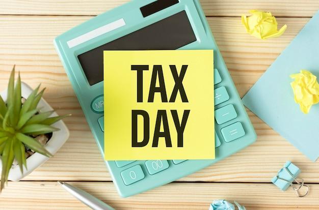 Dia do imposto em nota adesiva na mesa de trabalho