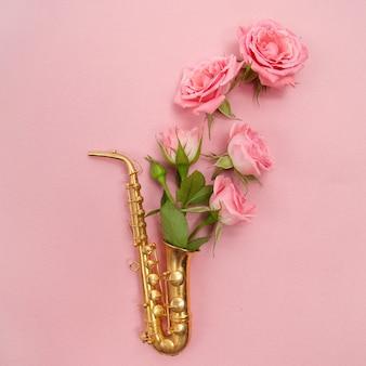 Dia do jazz. saxofone com flores