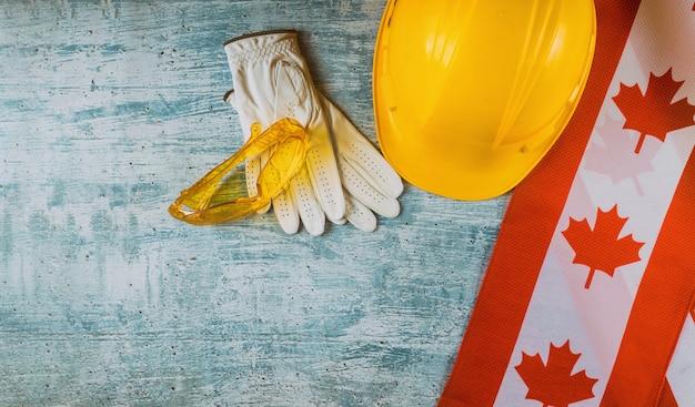 Dia do trabalho com bandeira e luvas canadenses