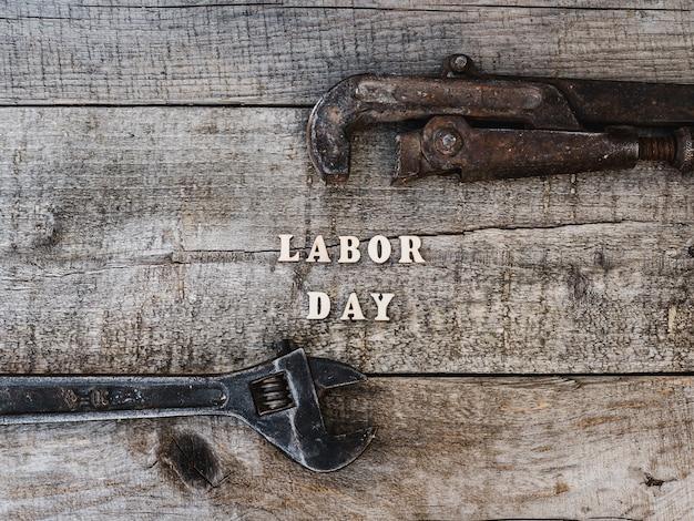 Dia do trabalho, ferramentas manuais e letras de madeira