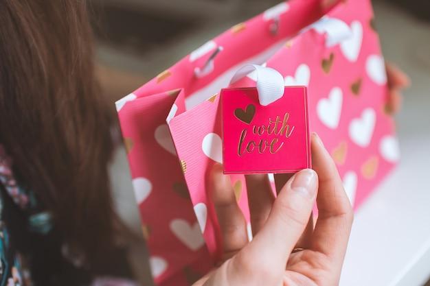Dia dos namorados, a mulher recebeu um presente em uma bolsa pequena rosa