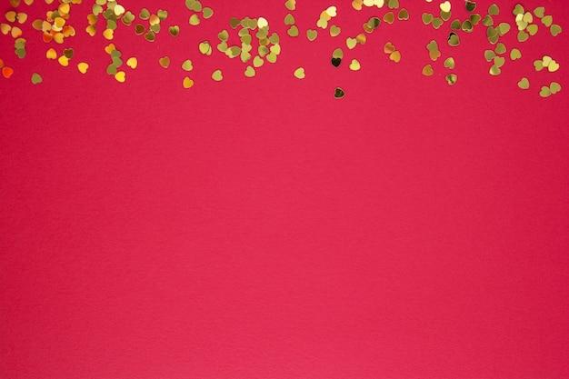 Dia dos namorados abstrato vermelho com coração de ouro em forma de glitter. cartão de felicitações copie o espaço.