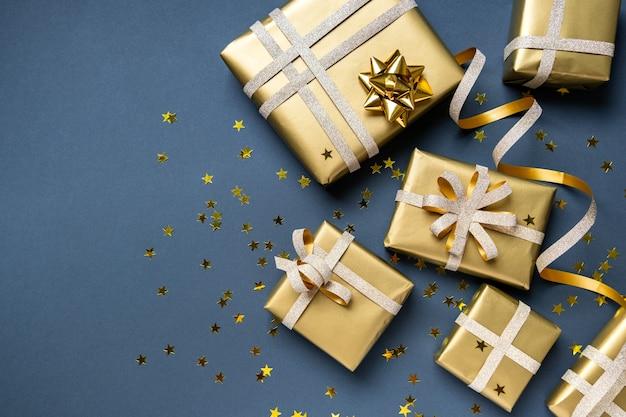 Dia dos namorados, aniversário, venda, ano novo, natal plana lay. muitos presentes e decorações festivas em fundo azul escuro.