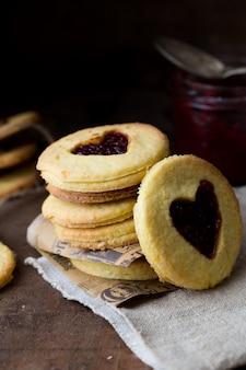Dia dos namorados. biscoitos em forma de coração com fundo de madeira.