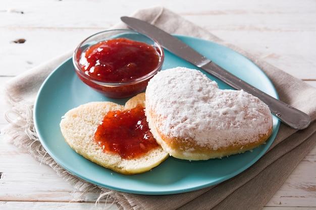 Dia dos namorados café da manhã em forma de coração pão e geléia de baga