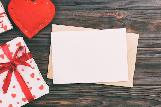 Dia dos namorados, caixa de presente no embrulho de férias,
