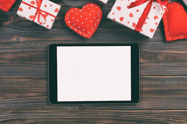 Dia dos namorados, caixa de presente no invólucro de férias, cópia espaço para design