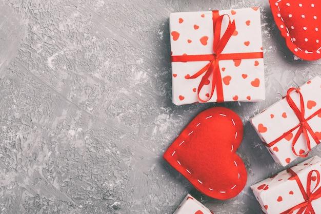 Dia dos namorados, caixa de presente no invólucro de férias, copyspace