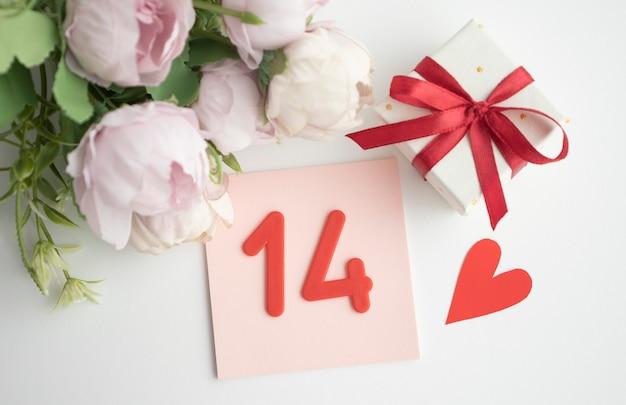 Dia dos namorados, calendário de mesa simples e rosas.