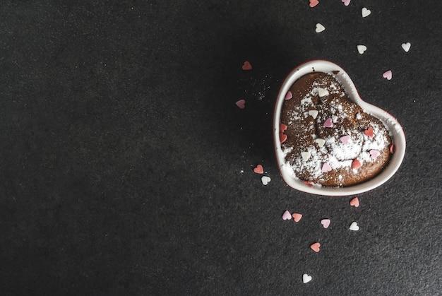 Dia dos namorados caneca de chocolate bolo ou brownie com açúcar em pó e granulado em forma de coração