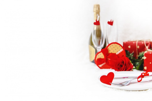 Dia dos namorados. cartão bonito do fundo com uma rosa. foco seletivo.
